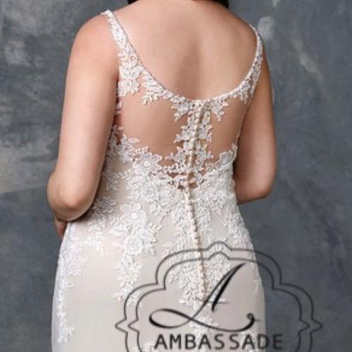 Detail van achterkant dame met grote maat met semi transparante rugdetail die sluit met knoopjes.