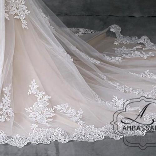 Detail van kanten sleep van bruidsjurk.