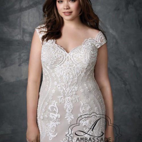 De mooie halslijn en het subtiele mouwtje maken deze trouwjurk heel mooi