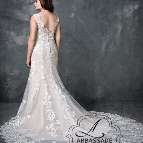 Achterkant van grote maten bruidsjurk met lage rug en mooie, kanten sleep.