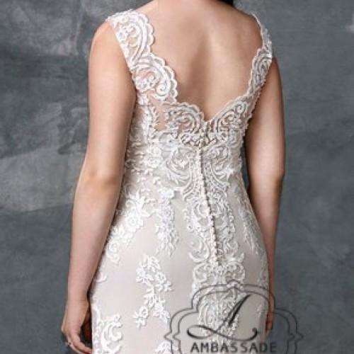 Detail van achterkant van grote maten bruidsjurk van kant met lage rug.