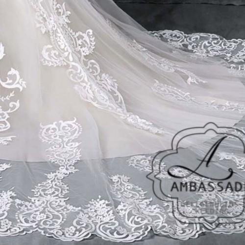 Detail van sleep van grote maten bruidsjurk.