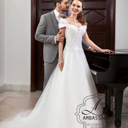 A-lijn bruidsjurk met wijde tule rok en off sholder mouwtjes.