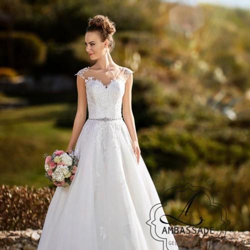 Vrouw in romantische bruidsjurk met boeket.