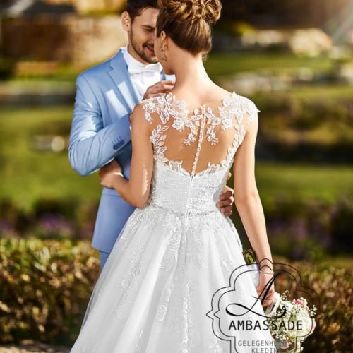 Detail van bruidsjurk met kant bewerkte, transparante rug met knoopjes en wijde rok.