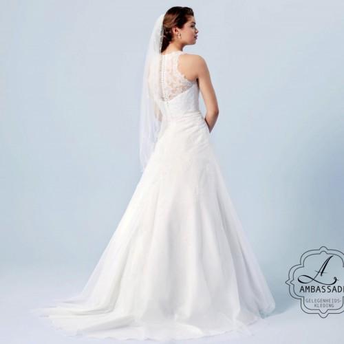 Romantische bruidsjurk met hoge hals en tule rok