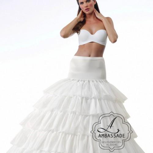 Bijzonder wijde hoepel, afgewerkt met roezels. Zeer geschikt voor hele wijde rokken. Opzoek naar iets heel speciaals en neem je liever je jurk mee? Vraag naar de mogelijkheden.