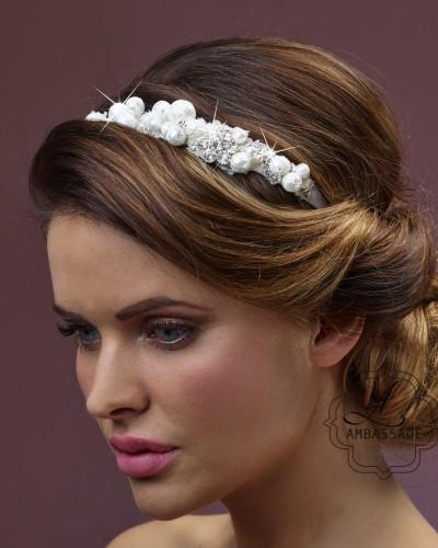 Kanten haarband met parels.