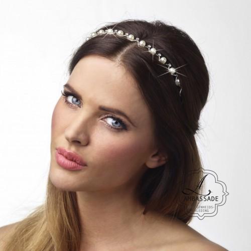 Eenvoudige haarband met steentjes. Liever je jurk meenemen voor het uitzoeken van accessoires? Vraag naar de mogelijkheden voor stijladvies.