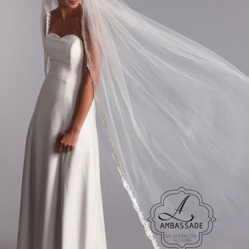 Lange sluier met smalle kanten rand zonder steentjes. Liever je jurk meenemen voor het uitzoeken van accessoires? Vraag naar de mogelijkheden voor stijladvies.