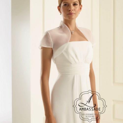 Eenvoudige organza bolero met kort mouwtje en iets opstaande hals. Liever je jurk meenemen voor het uitzoeken van accessoires? Vraag naar de mogelijkheden voor stijladvies.