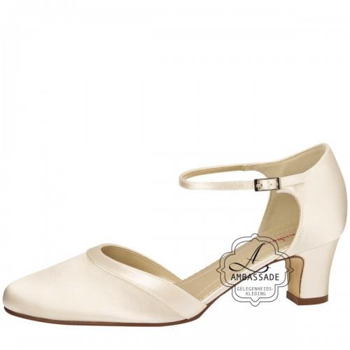 Anika, een satijnen bruidsschoen met een klein hakje van 5cm en een bandje. Een van de best verkochte schoenen van Elsa Coloured Shoes en leverbaar van maat 35 t/m 43. Prijs: € 135,-