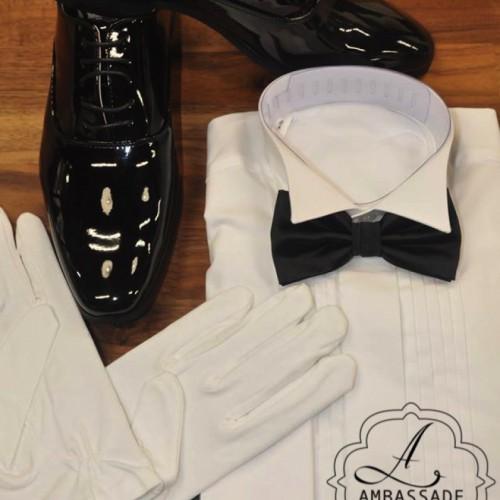 Witte of grijze handschoenen voor bij een jacquet of voor de carnaval.